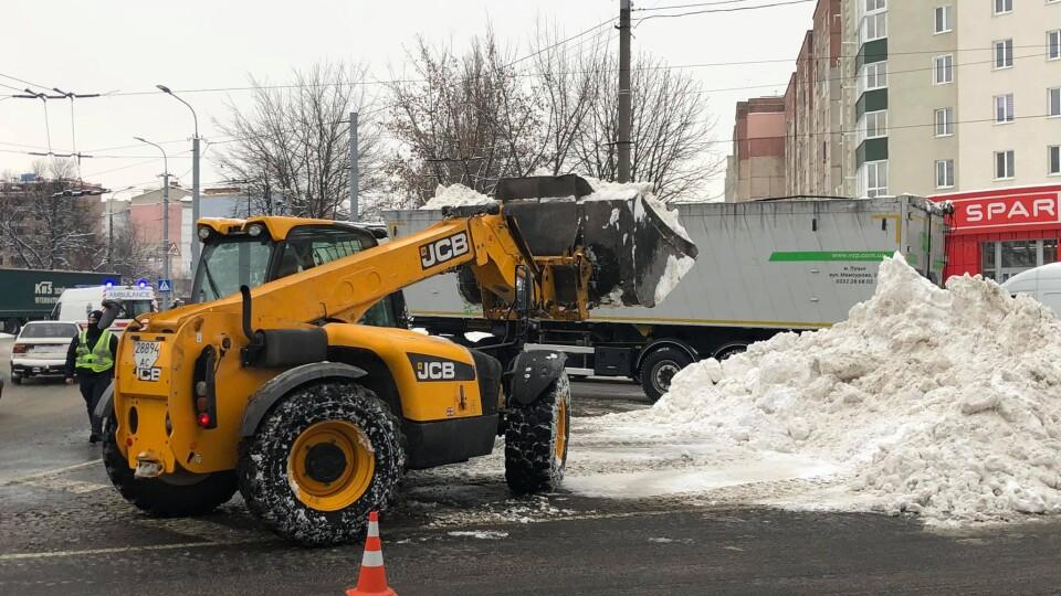 Луцьк в очікуванні сильного снігопаду. Повідомили, скільки техніки розчищатиме дороги