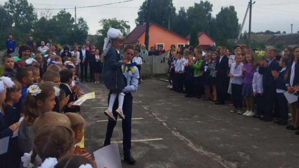 Телевізор – від влади, ноутбук – від депутата: школу на Ратнівщині привітали із 40-річчям
