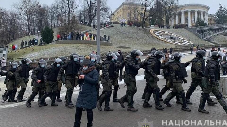 Удари в голову, опіки очей: під час протесту ФОПів у Києві постраждали близько 40 поліцейських