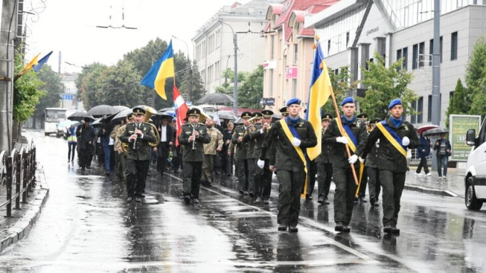 У Луцьку під дощем відбувся марш захисників. Як це було