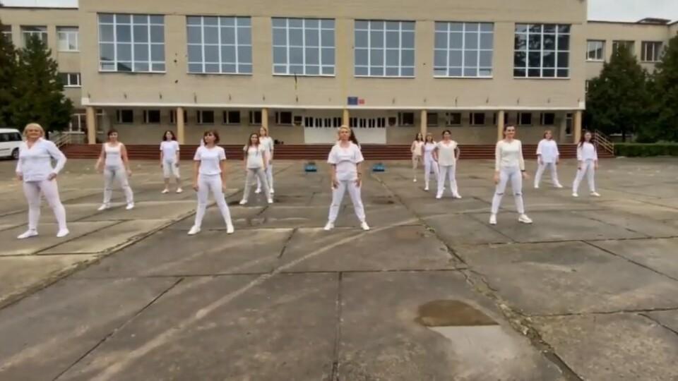 У луцькій школі з нагоди професійного свята вчителі затанцювали. Відеоролик