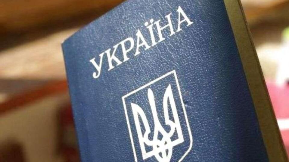 Уряд хоче вивести з обігу паспорти-книжечки. Як це робитимуть?