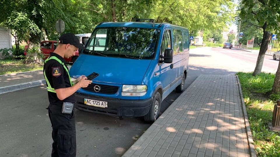 Інспектори з паркування взялися за спальні райони Луцька