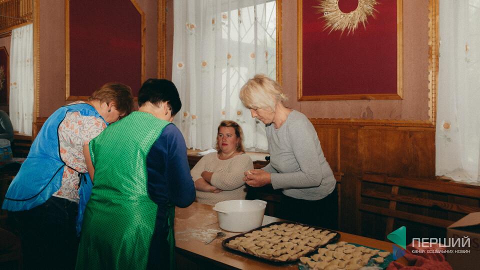 Перше, друге і хліб. У Нововолинську 27 років роздають безплатні обіди. Як вони це роблять