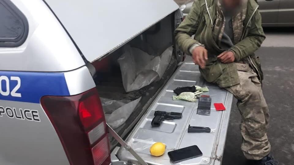 У Луцьку в маршрутці п'яний чоловік розмахував пістолетом. Хулігана затримали