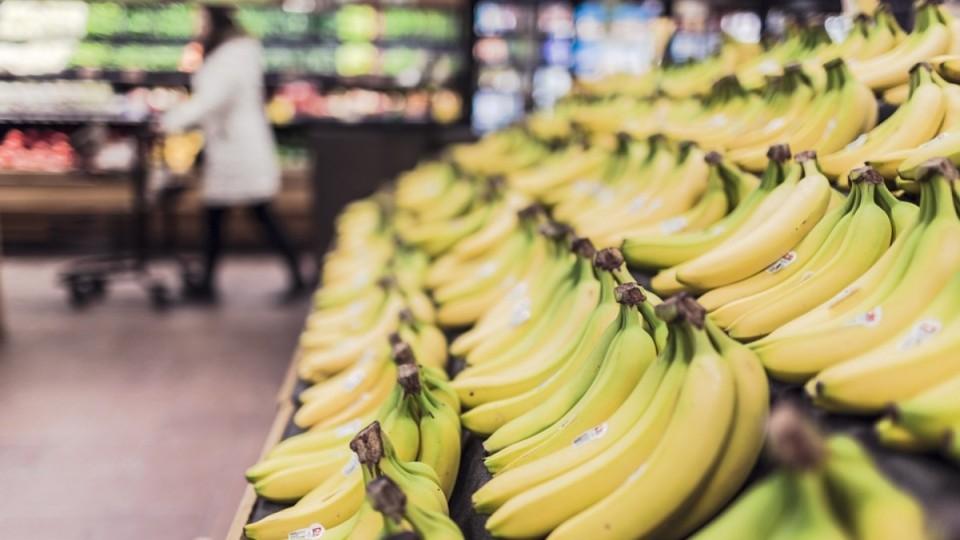 Кава, банани і цукерки: що не варто їсти на роботі