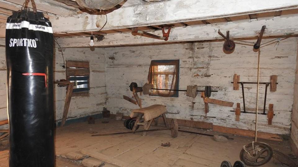 На Любешівщині підлітки облаштували тренажерний зал у халупі. ФОТО