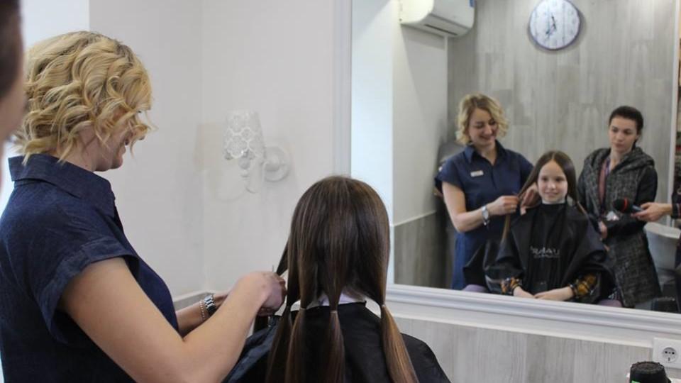 Волинянки обрізають  волосся і віддають на перуки для онкохворих діток. ФОТО