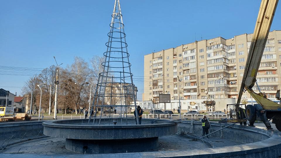 У Луцьку біля «Променя» уже встановлюють новорічну ялинку