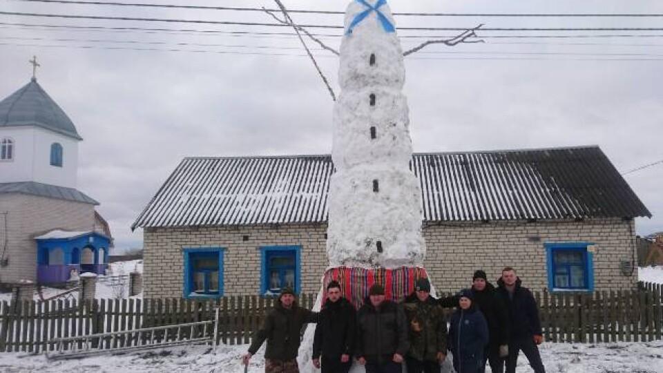 На Волині зліпили семиметрового сніговика