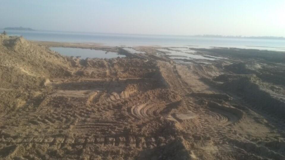 «Ми вкрай стурбовані», – поліція про вивіз піску зі Світязю