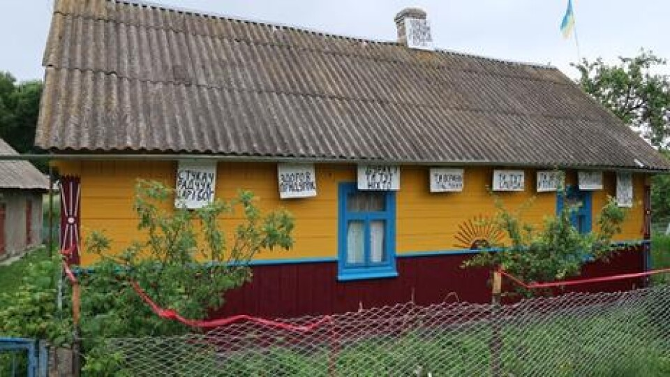 На Волині «війна» за землю: чоловік обписав батьківську хату прокльонами на сусіда
