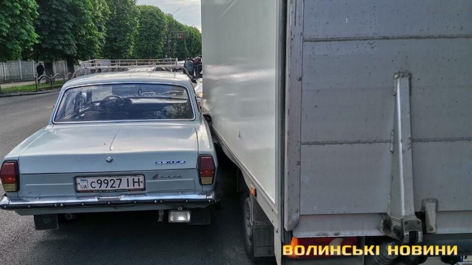 У Луцьку на проспекті зіткнулись дві автівки: утворився затор