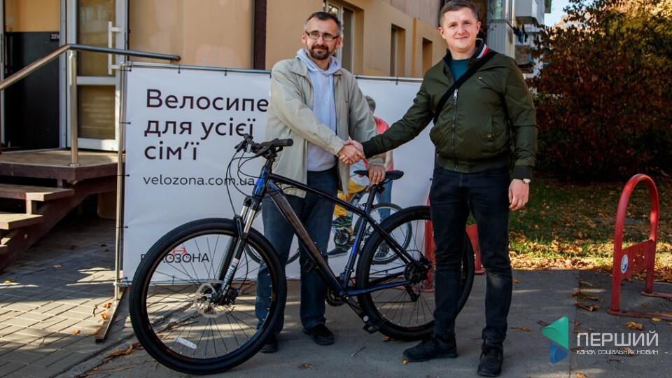 Мінус 22 кг, плюс Pride. Редактор «Першого» отримав велосипед від Андрія Разумовського