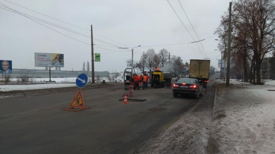 Як «латають» ями на дорогах Луцька. ФОТО
