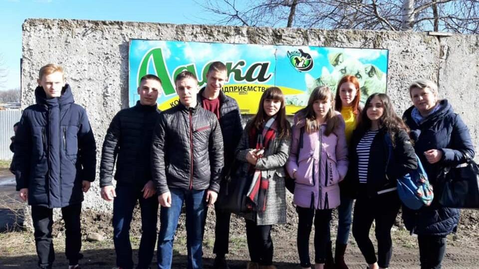 Луцькі школярі передали їжу, гроші та власноруч змайстровану будку для КП «Ласка»