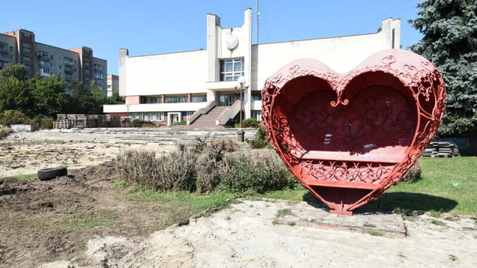 Виконали 90% демонтажних робіт: як ремонтують площу перед РАЦСом у Луцьку