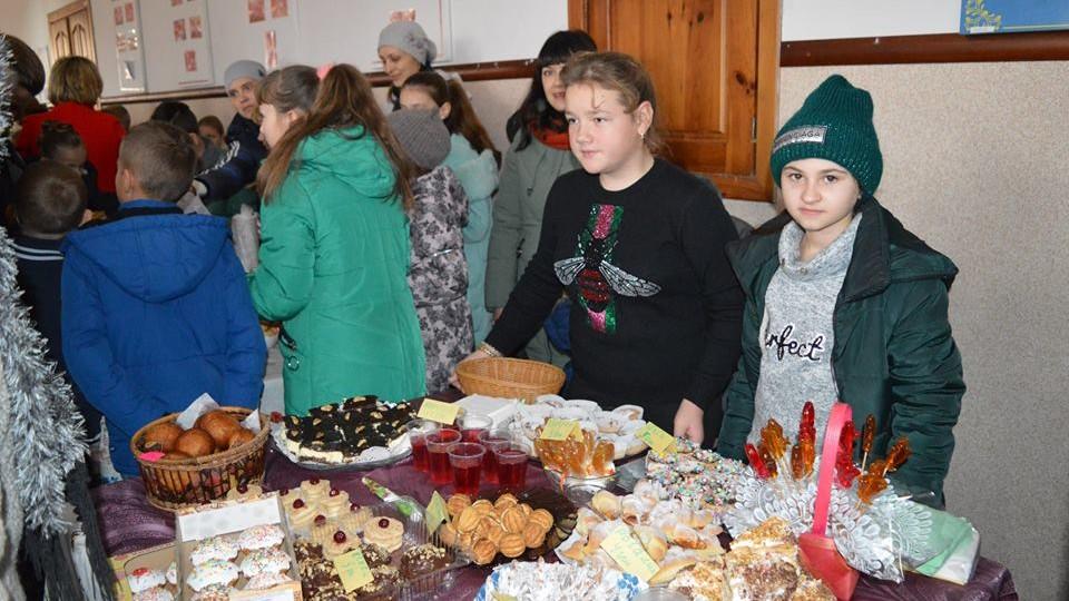 На благодійному ярмарку у школі на Волині для хворого хлопчика зібрали майже 35 тисяч. ФОТО