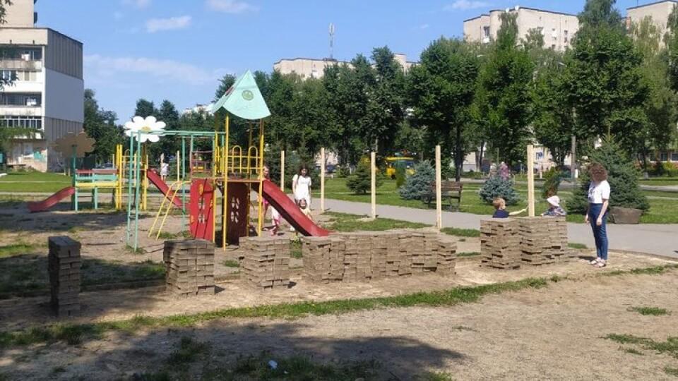 У Луцьку вже почали зносити дитячий майданчик на Молоді. Там буде урбан-парк