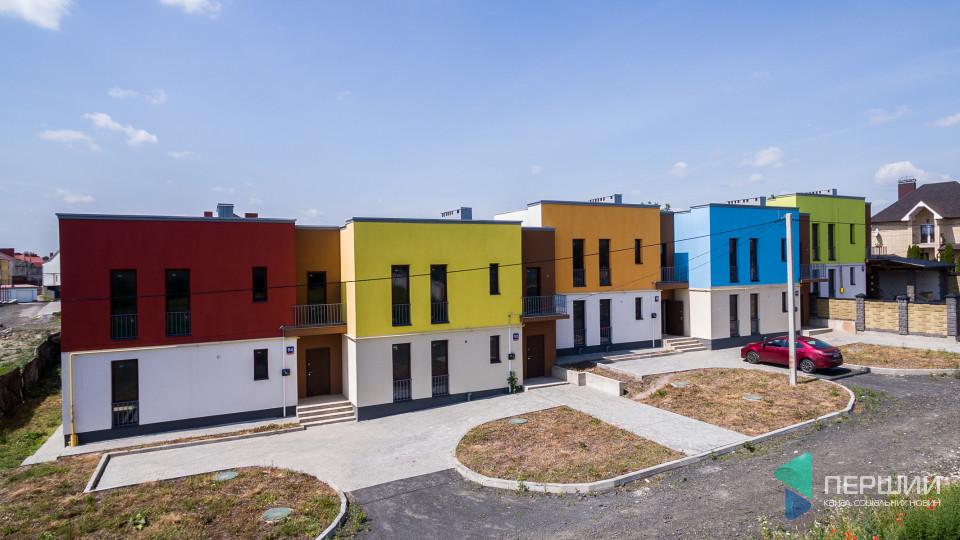 Спокійно та затишно: на околиці Луцька продають неординарні будинки. ФОТО
