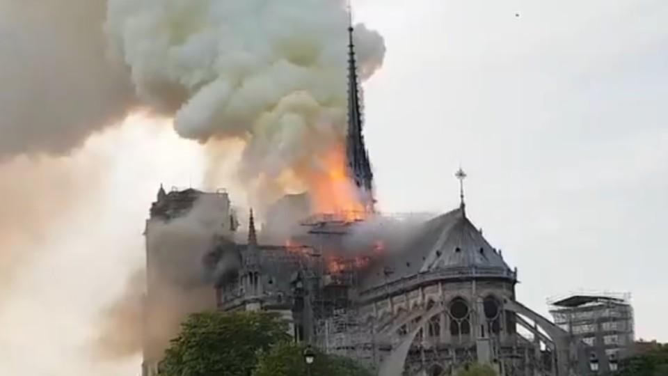 Як горить собор Паризької Богоматері. ВІДЕО