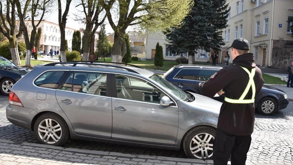 У Луцьку з'явилися інспектори з паркування. Штрафують порушників