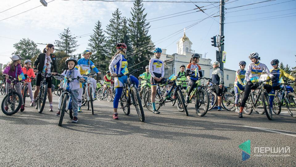 Сотні велосипедистів у вишиванках проїхали Луцьком