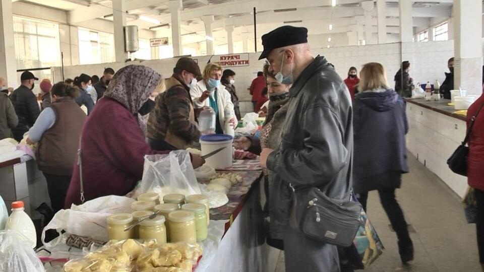 Перед Великоднем перевірили, чи лучани ходять на ринок в масках