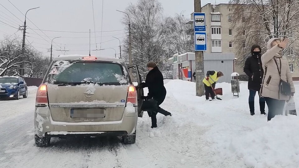 Лучанин безплатно підвозить людей на роботу, щоб не мерзли на зупинках