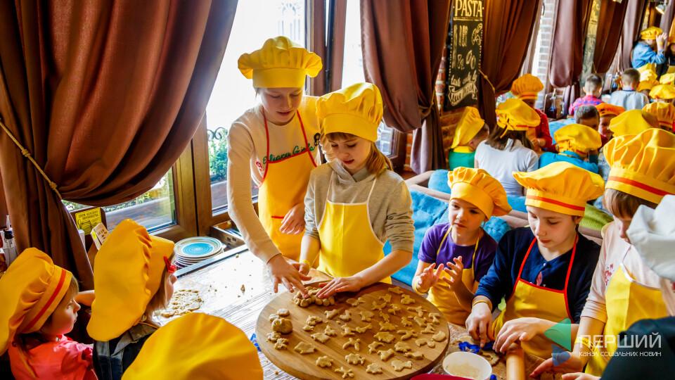 Зі смаком для найріднішої. Діти працівниць «Кромбергу» випікали матусям печиво