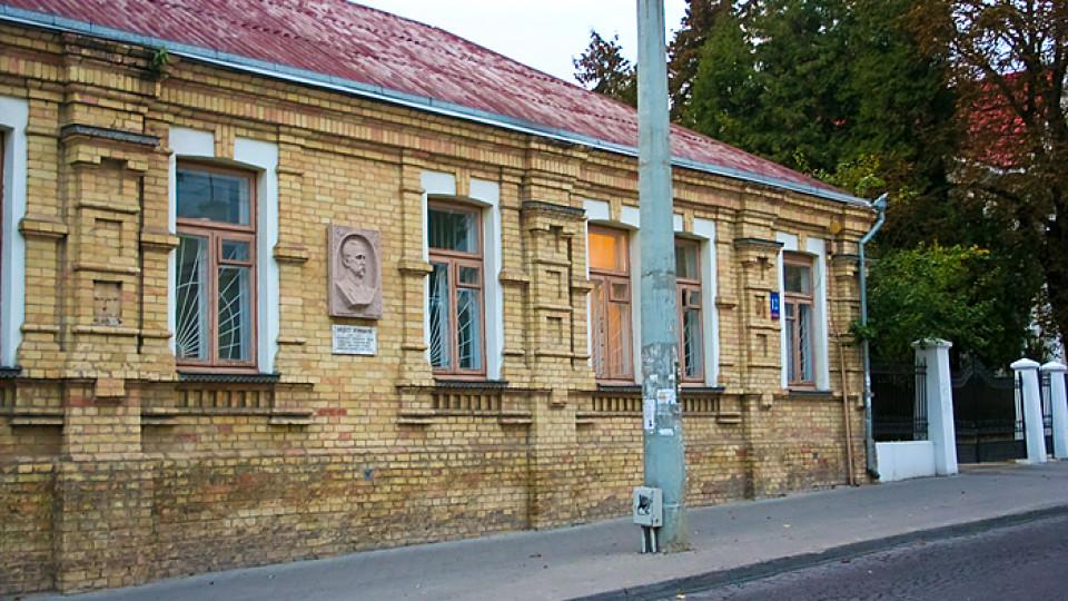 У Луцьку хочуть демонтувати пам'ятну дошку радянському письменникові