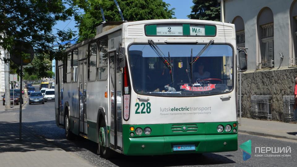 «Катаються, бо їм нудно», - луцька контролерка про пенсіонерів у тролейбусах