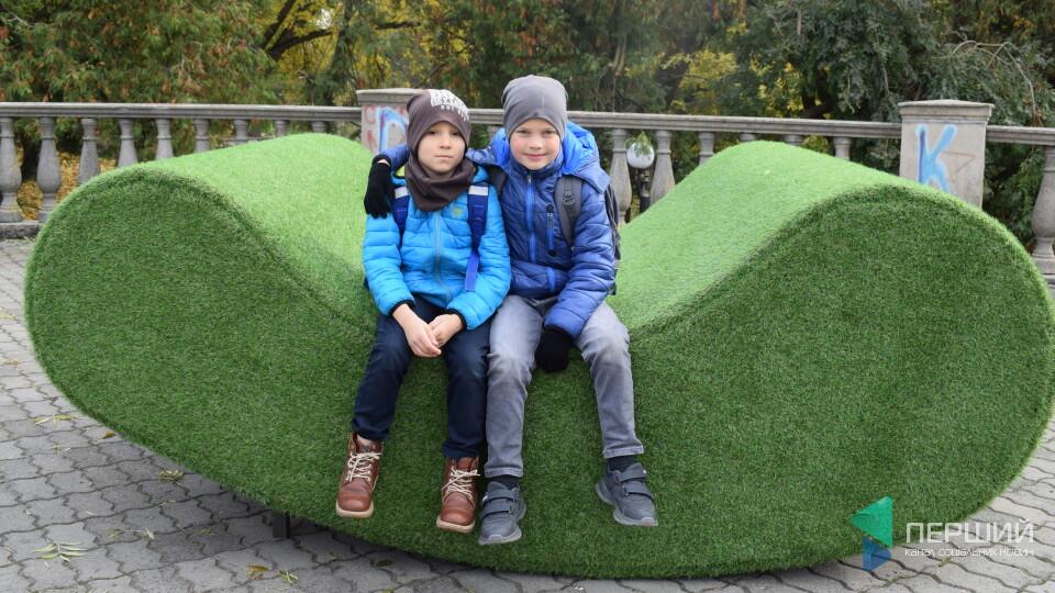 У центрі Луцька поставили величезні «трав'яні» лавки. Що це і скільки коштує