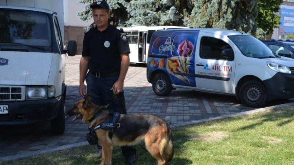 Зі службовими собаками, амуніцією і цукерками: у Луцьку святкують День Національної поліції. ФОТО