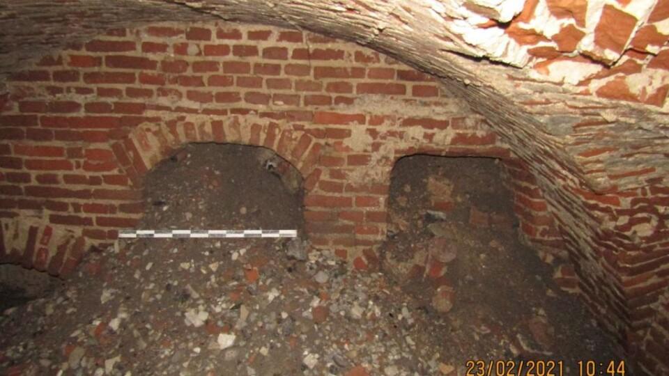 У Володимирі археологи оглядають провалля біля міськради. Воно може бути частиною підземних ходів