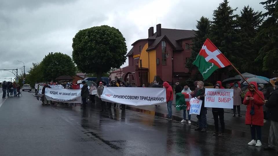 У Княгининку люди вийшли на протест проти приєднання до Луцька