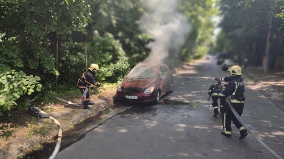 У Луцьку під час руху загорілася автівка. В салоні була жінка з дитиною