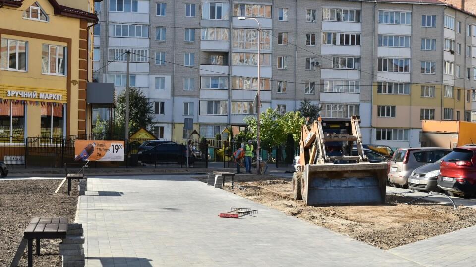 У Луцьку біля школи №26 завершують облаштування скверу