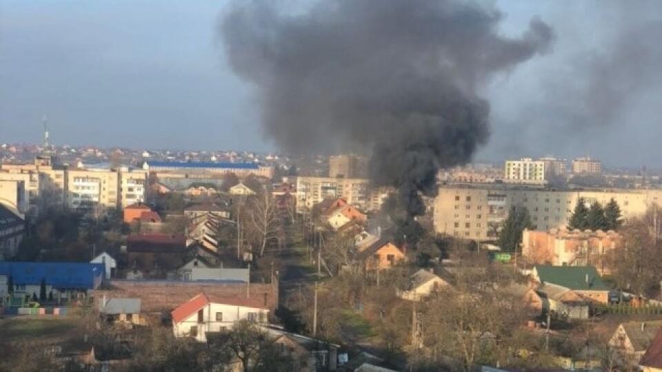 Під час пожежі в Луцьку згоріли автомобіль і гараж