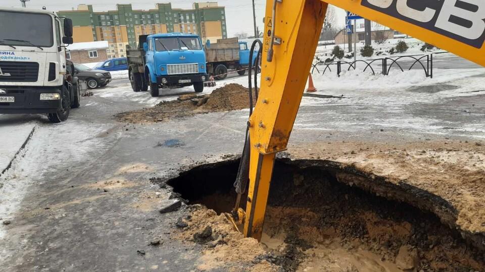 У Луцьку на Сухомлинського триває ремонт водогону. Виявили ще один аварійний прорив