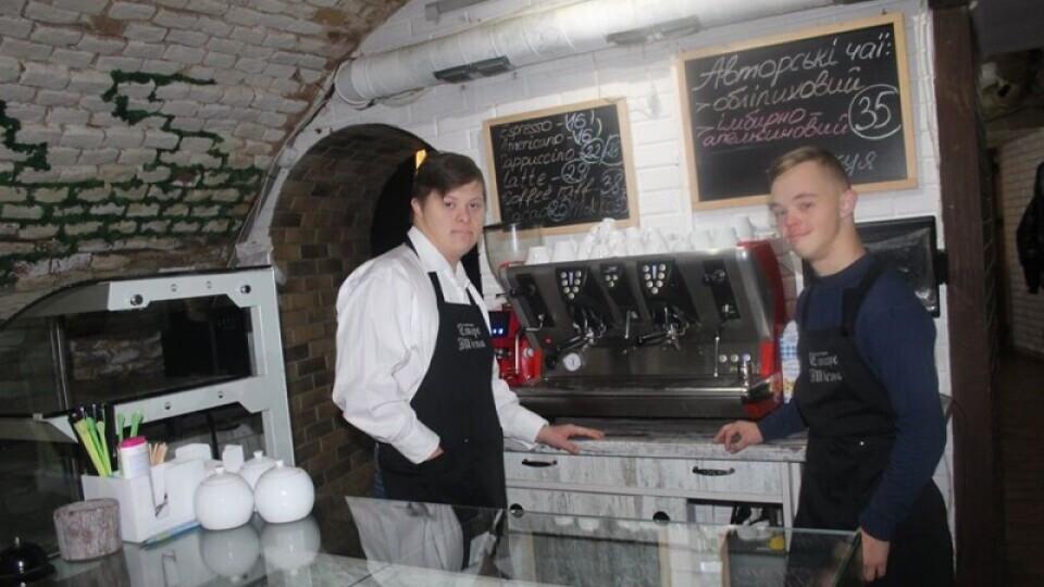 Луцька кав'ярня, де працюють «сонячні» хлопці, знову відчиняється