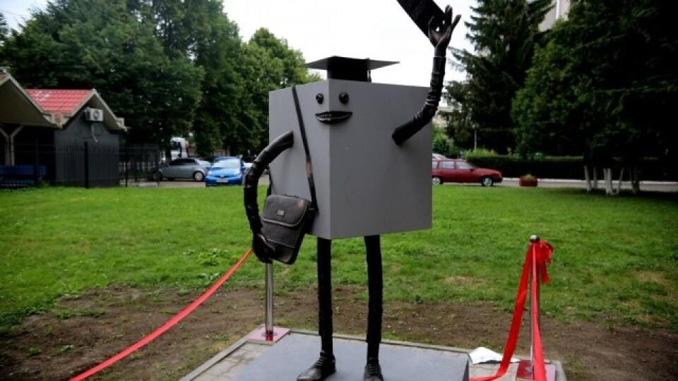 Кубик з губами: у Луцьку з'явився пам'ятник студенту