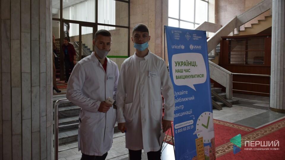 Волинських депутатів і чиновників вакцинують в облраді