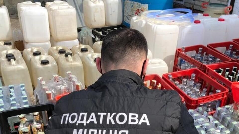 300 літрів спирту та 50 фальсифікату: у Луцьку викрили підпільний цех