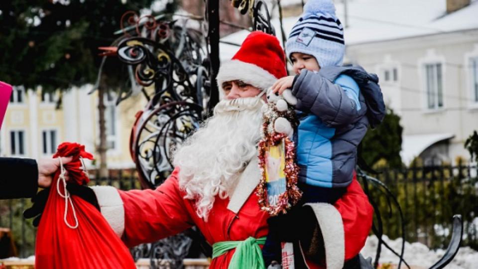 Діда Мороза, який фотографується з дітьми біля луцької ялинки, мало не оштрафували. ФОТО