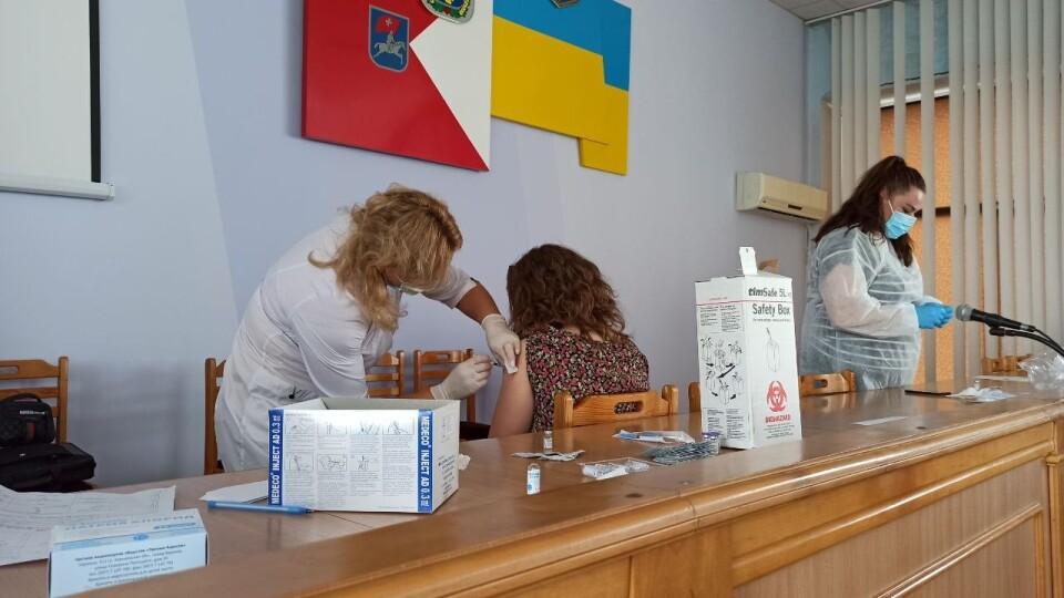 У Луцькій райраді вакцинували працівників