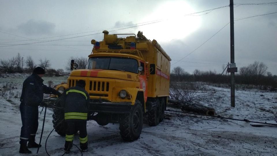 В селі під Луцьком рятувальники витягали «швидку»