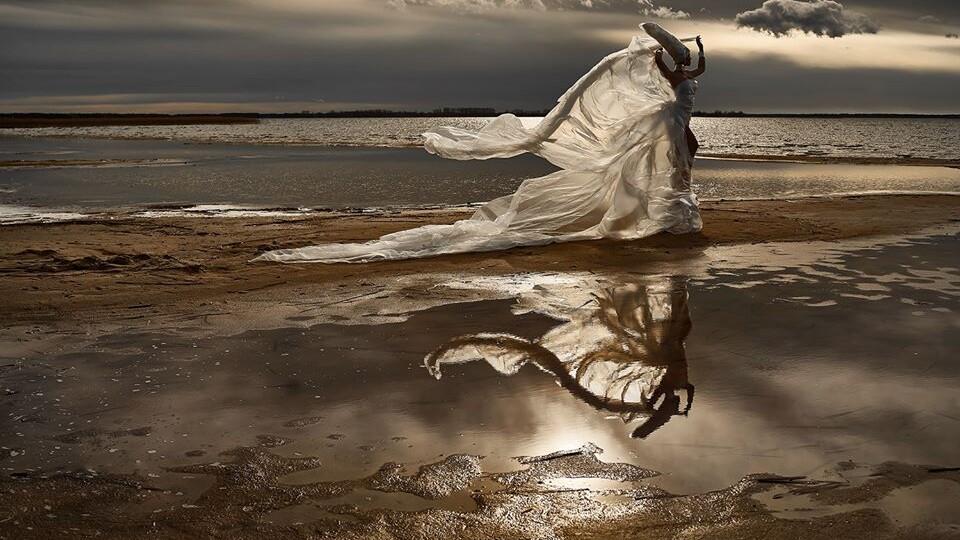 «Жінка з Венери». Фотосесія на березі обмілілого Світязя