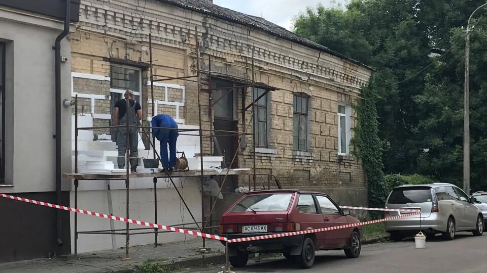 Цегляний будинок у Старому Луцьку обкладають пінопластом