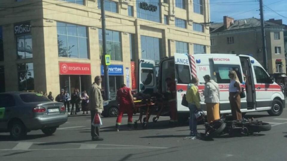 У центрі Луцька водій таксі зіткнувся з мотоциклістом